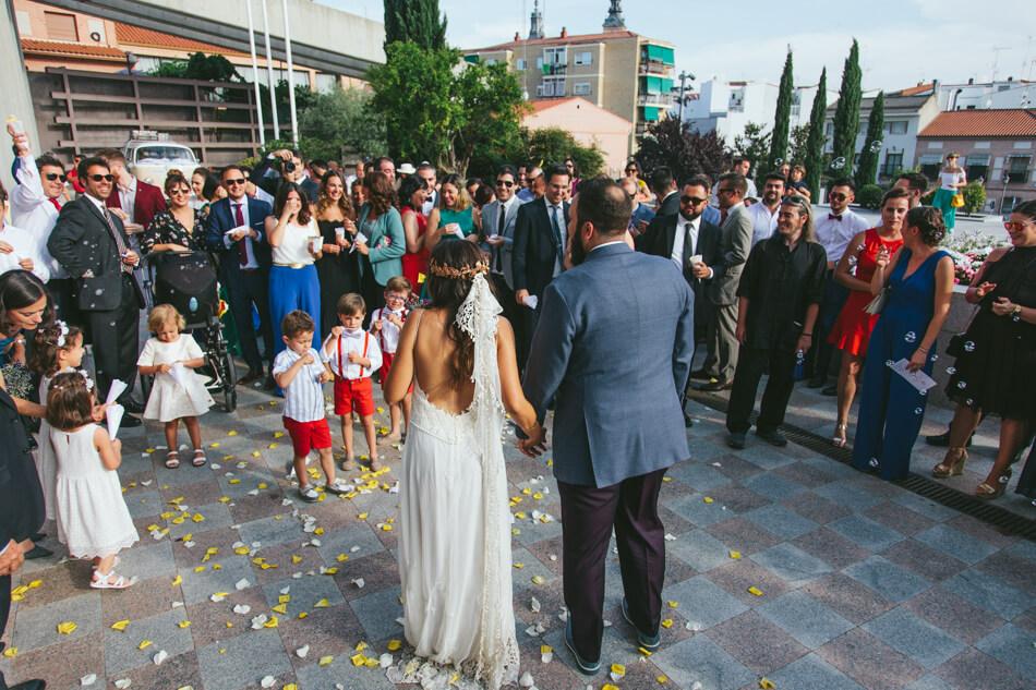 fotografia boda mario y barbara madrid ceremonia salida petalos
